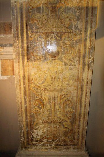 Full exposure of decorative designs on pilaster.